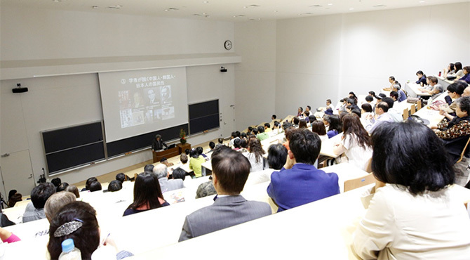 HSU祭で行われた黄文雄氏の講演。多くの参加者が熱心に聞き入った。