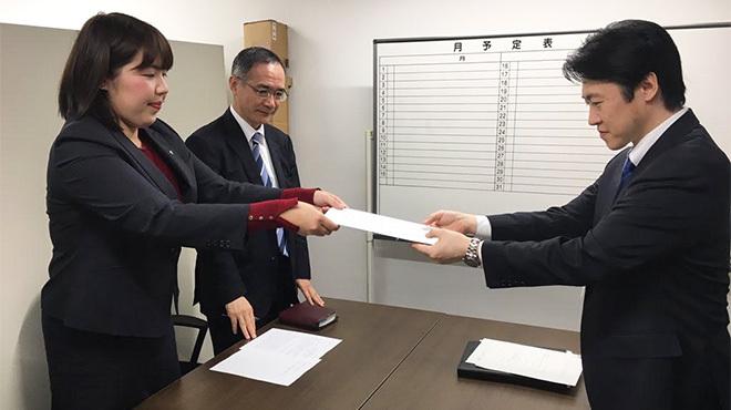 陳情書を手渡す壱岐愛子・幸福実現党神奈川県本部副代表(写真左)。