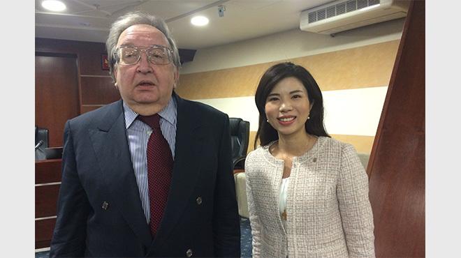 フォーラムの会場で写真に収まる、元駐日ロシア大使のアレクサンドル・パノフ氏(左)と、幸福実現党の神武桜子副党首