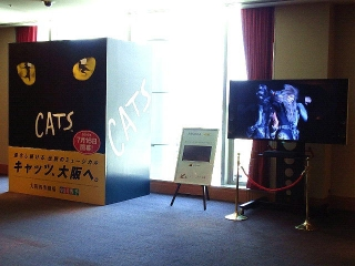 160730_4101大阪・四季劇場ロビーVGA
