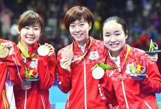 160817・リオ五輪「卓球女子団体」で銅メダルの卓球女子団体で銅メダルの福原・石川・伊藤選手 spo16081709580061-p1 640x435