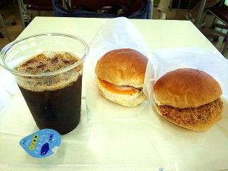 160823_4135フードコート内にある「阪急パン&カフェ」の2パンセット365円VGA