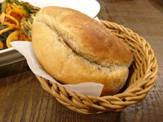 アフタヌーンティー 栗かぼちゃと厚切りベーコンのトマトクリームソースパスタ¥1340雑穀塩パン