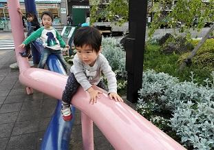 21 駅前で遊ぶ孫たち