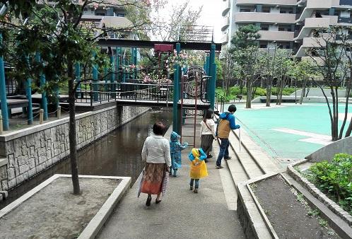 2 マンションの公園内を散歩