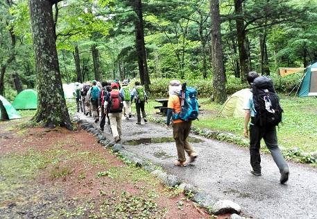 11 テントの傍を山へ向かう登山者
