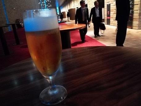 2 ホワイエでビールを飲みながら待つ