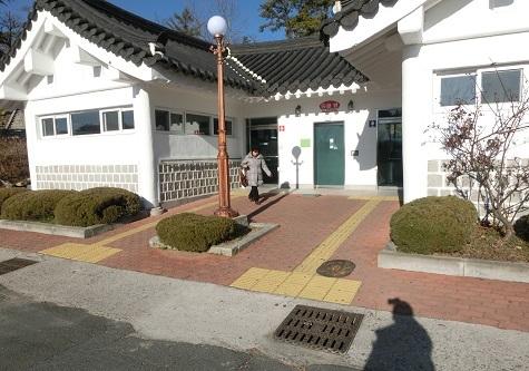 5 仏国寺バス停前の駐車場のトイレ