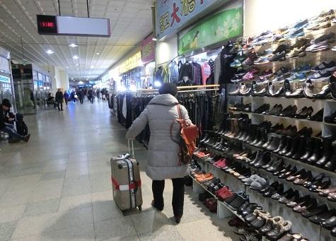 15 バスターミナルの中を歩いて、地下鉄の駅へ向かう
