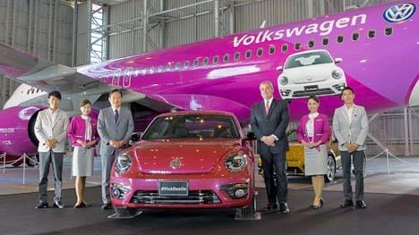 ピーチは、機内でピーチカラーの車を販売!ピンクのフォルクスワーゲン!