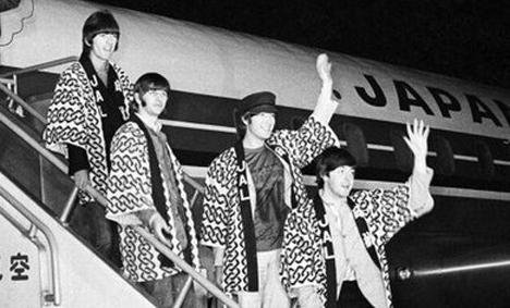 JALは、ビートルズが来日した時に着ていたハッピを復刻,期間限定で機内でプレゼント!