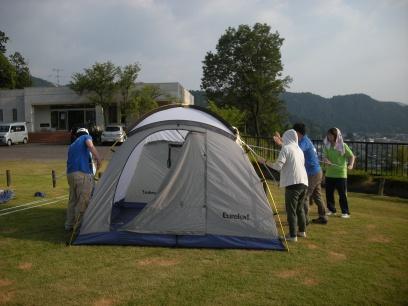 平面の布だったテントを泊まれるテントの形に