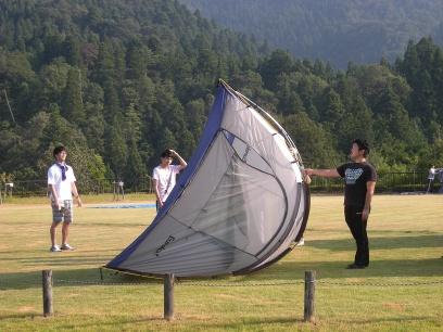 テントをひっくり返していくスタッフ