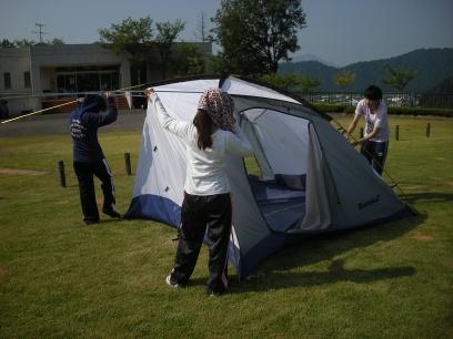 乾かしたテントを次々と片付け