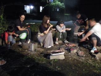 スタッフとその家族で炭火焼きバーベキュー