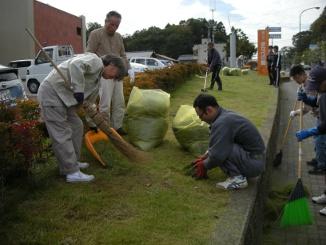 芝生や歩道の掃除