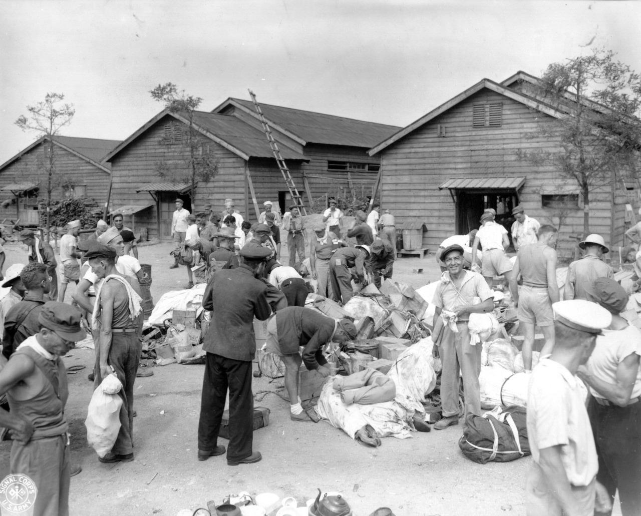 米軍機が投下した支援物資が、大森捕虜収容所内の広場に集められる