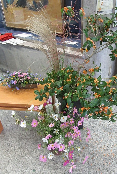 玄関ロビーにお花いっぱい 28.10.22