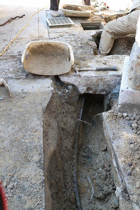門の下の石がしっかり固定されて 28.12.19