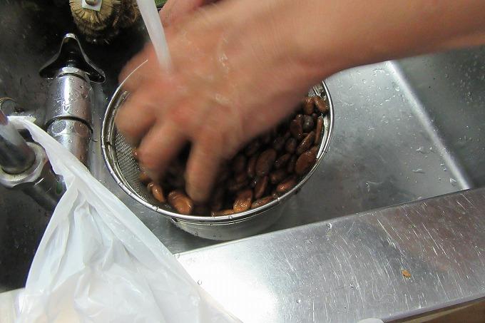 カカオ豆を洗って 28.5.2
