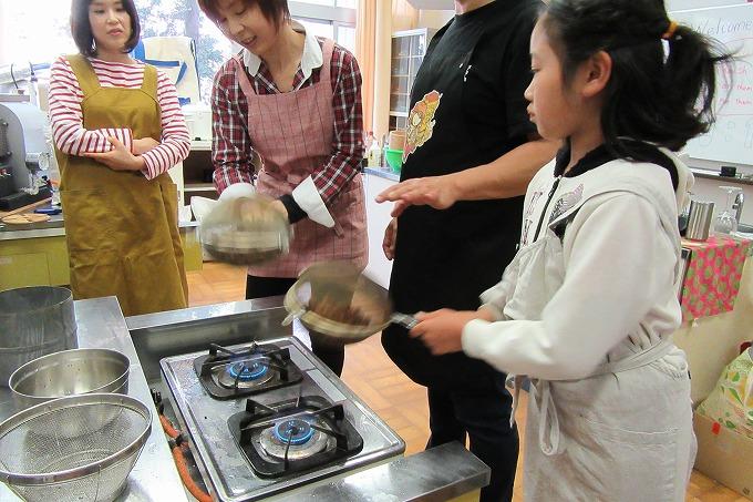 カカオ豆をガスコンロで焙煎 28.5.2