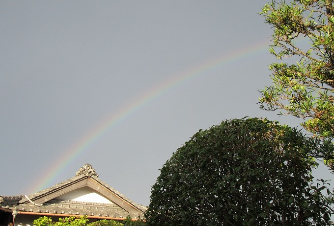納屋の屋根から虹 28.9.4 朝6:10