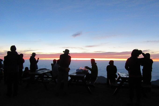 朝4時半頃 燕岳山荘前から 28.7.24