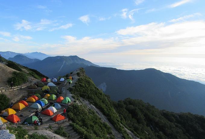 燕山荘前にテントいっぱい 28.7.24朝