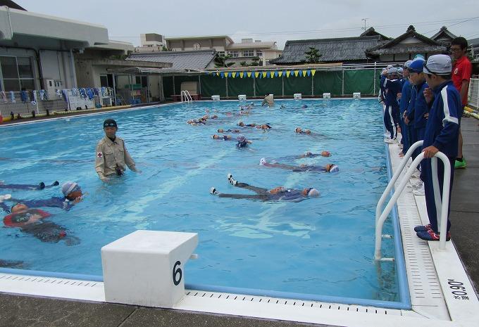 子どもたちも着衣水泳浮き 28.7.11