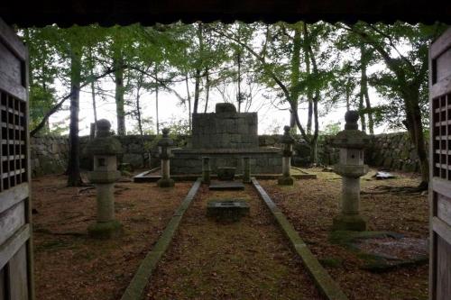 13信長の墓 (1200x800)