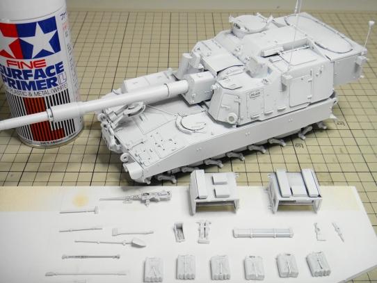 M109パラディン自走砲 サーフェイサー塗布