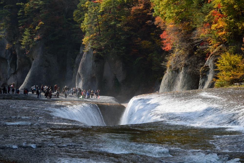 吸い込まれる滝紅葉DSC_2382