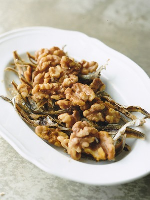 小魚とクルミの素揚げ