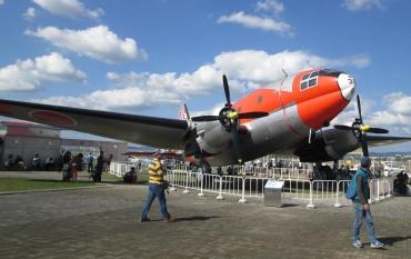 カーチス・ライト C-46 コマンドー(Curtiss-Wright C-46 Commando)ダグラス プラット・アンド・ホイットニー R-2800 C-47 スカイトレイン(C-47 Skytrain)ダグラス DC-3( Douglas DC-3)ダコタ(Dakota)零式輸送機(L2D2)F4Uコルセア、P-47サンダーボルト、グラマンF6Fヘルキャット
