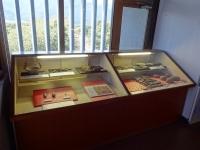 垂れ飾りや石斧の展示