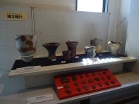 縄文時代早期から中期の土器の展示