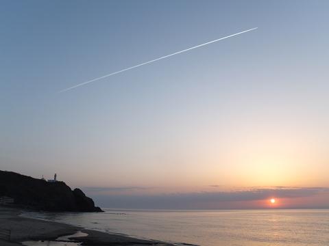 0968 灯台と飛行機雲