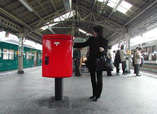 2005311撮影_ホームにポストが!