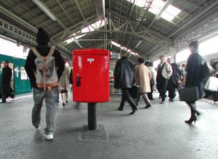 2005311撮影_ホームにポストが!2