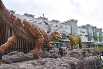 JR福井駅西口とフクイサウルス