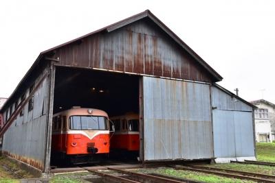 機関庫にレールバスキハ10形101号