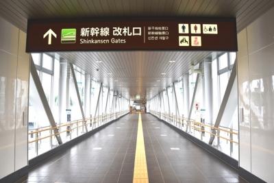 奥津軽いまべつ駅ガラス張りの連絡通路
