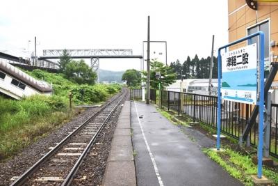 津軽二股駅ホームより奥津軽いまべつ駅を望む