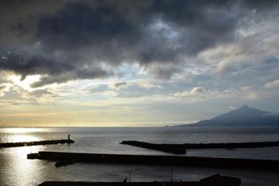 利尻島と昇る朝日