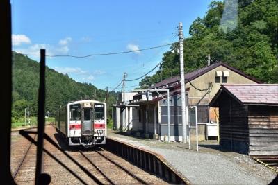 峠下駅で列車交換