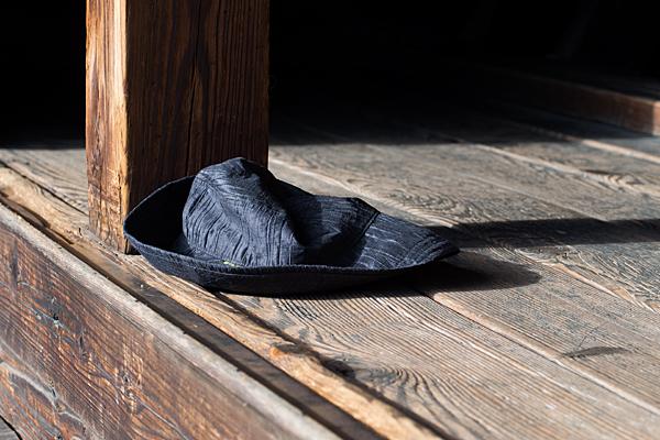 縁側に忘れ物の帽子