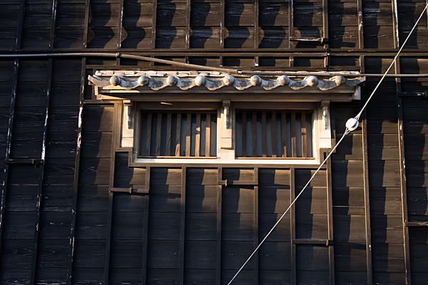 黒板の家と格子の小窓