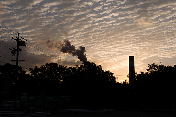 春日井王子製紙の煙突とうろこ雲