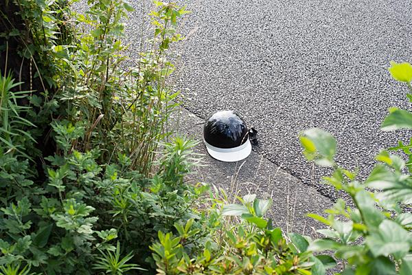 道にヘルメット