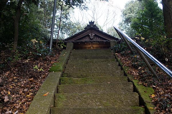 八幡神社拝殿前